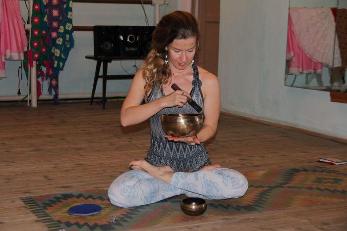 Инструктор Полина с поющей чашей
