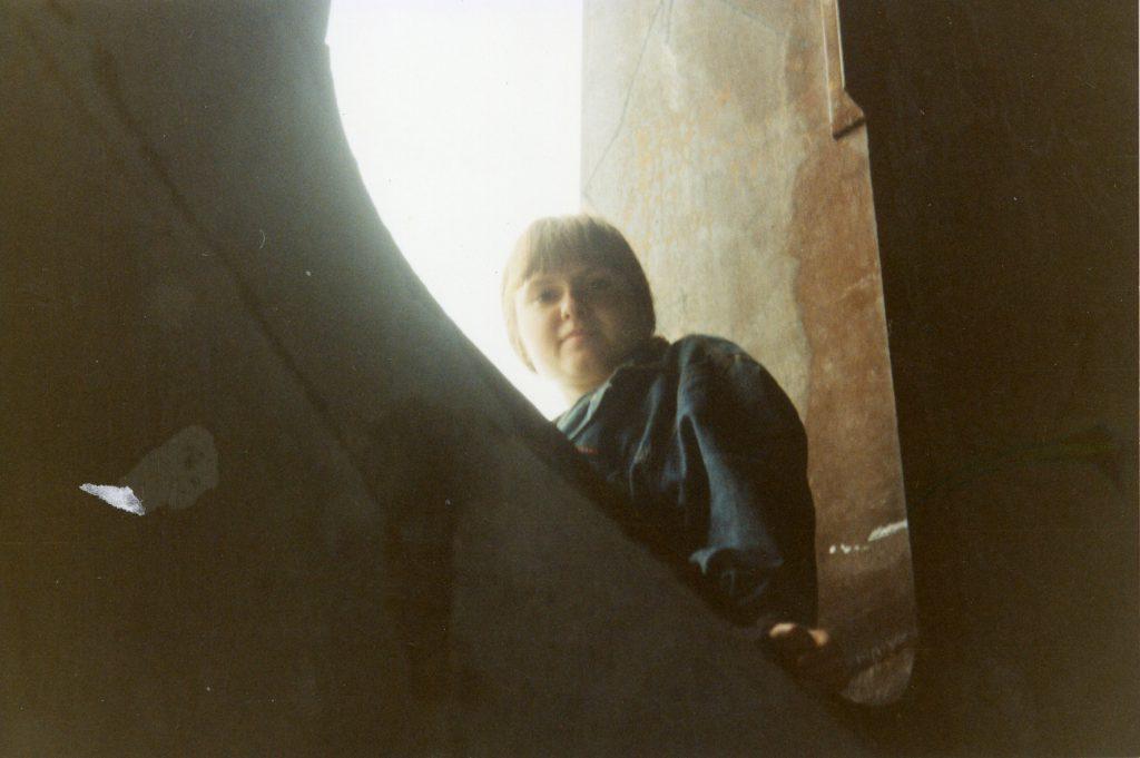 В одном из круглых окон башни