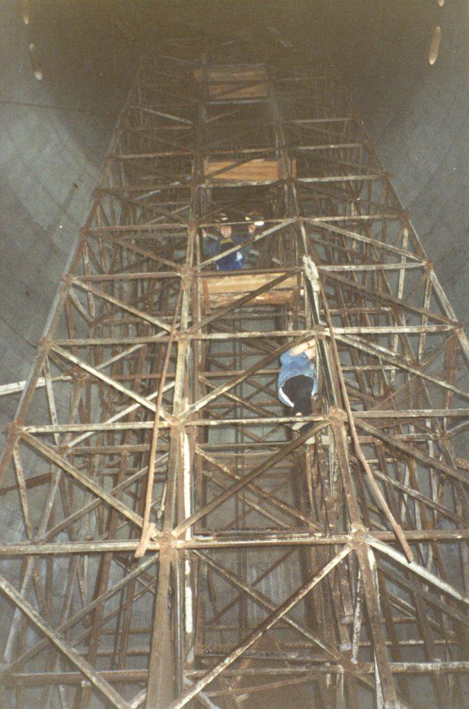 Лезем вверх по арматуре. На фото видны деревянные платформы. Места там на одного человека
