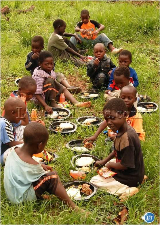 А на тарелках у этих детишек - праздничная рождественская еда